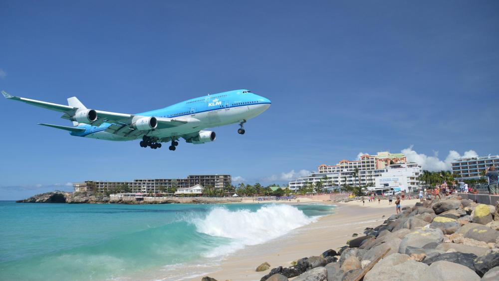 KLM Landing at Princess Juliana International Airport over Maho Beach, Sint Maarten wallpaper