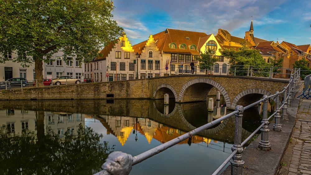 Old bridge in Brugge wallpaper