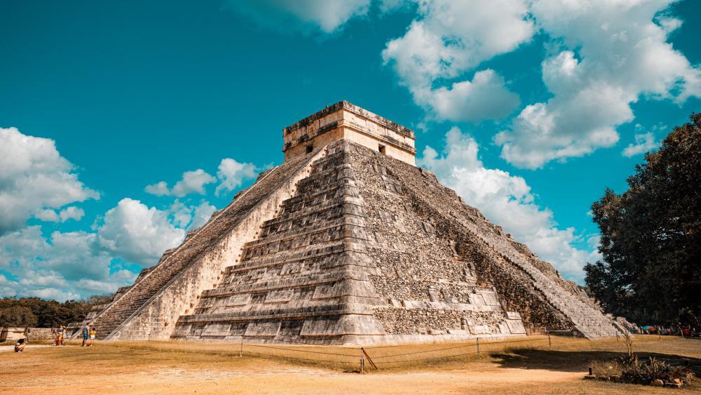 Pyramid of Kukulcan, Chichen Itza wallpaper