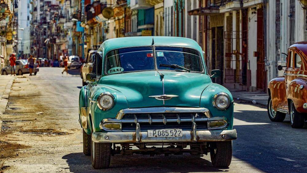 Vintage cars on the road from Cuba Havanna wallpaper