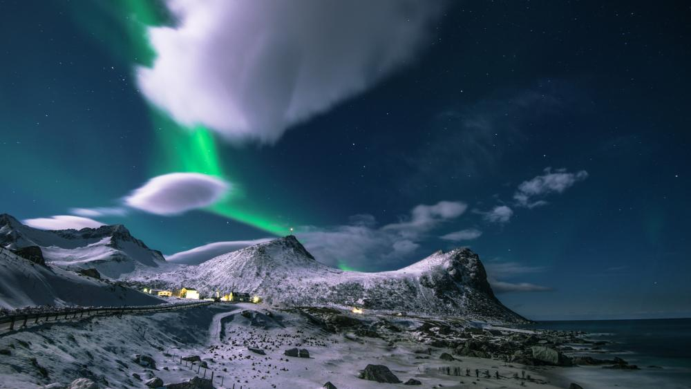 Aurora Borealis over Reine, Lofoten wallpaper