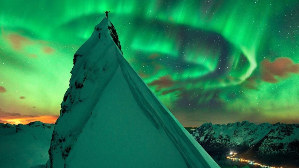Northern lights mountaineering wallpaper