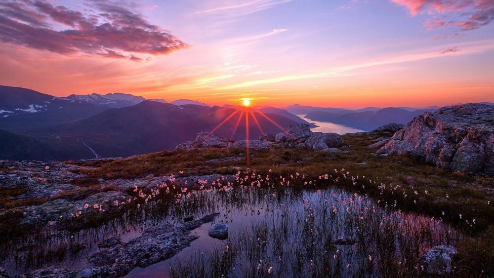 The sunrise between the mountains wallpaper