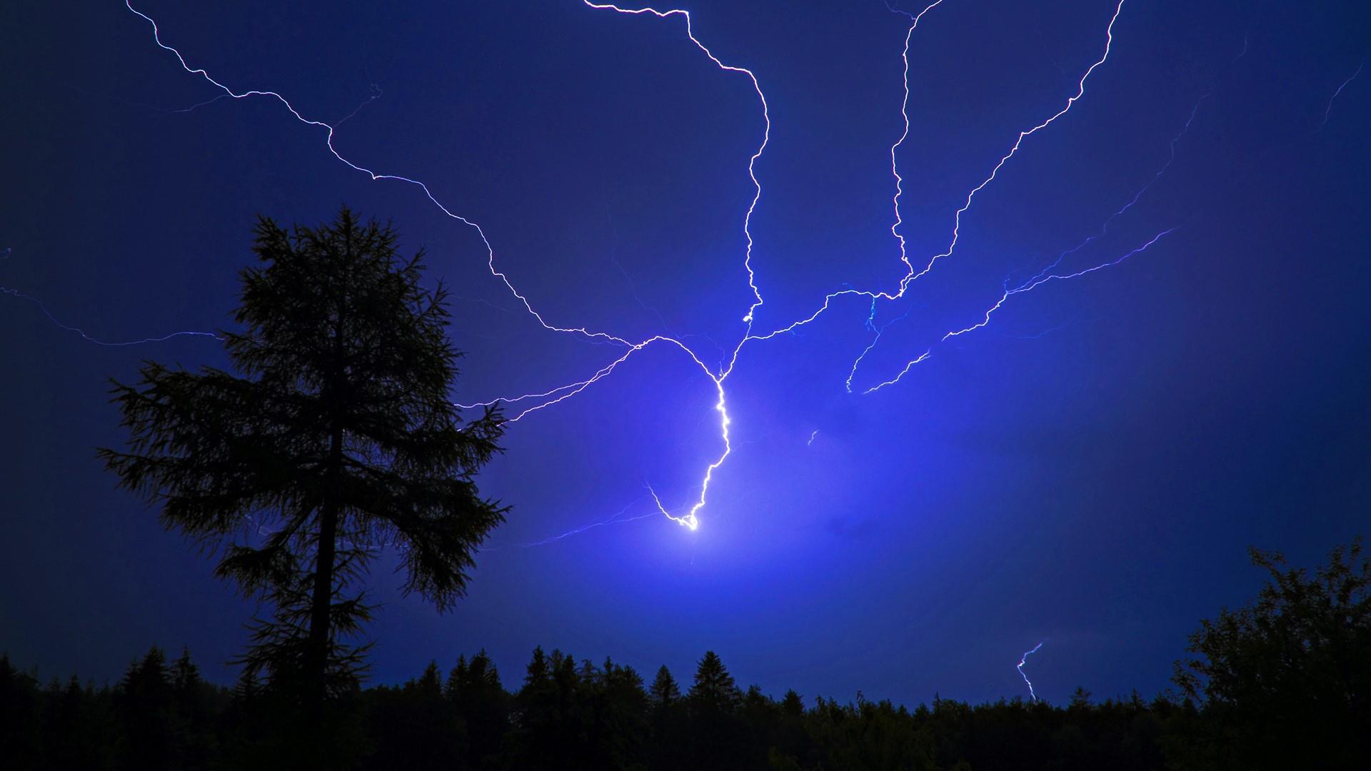 Thunderstorm at night wallpaper