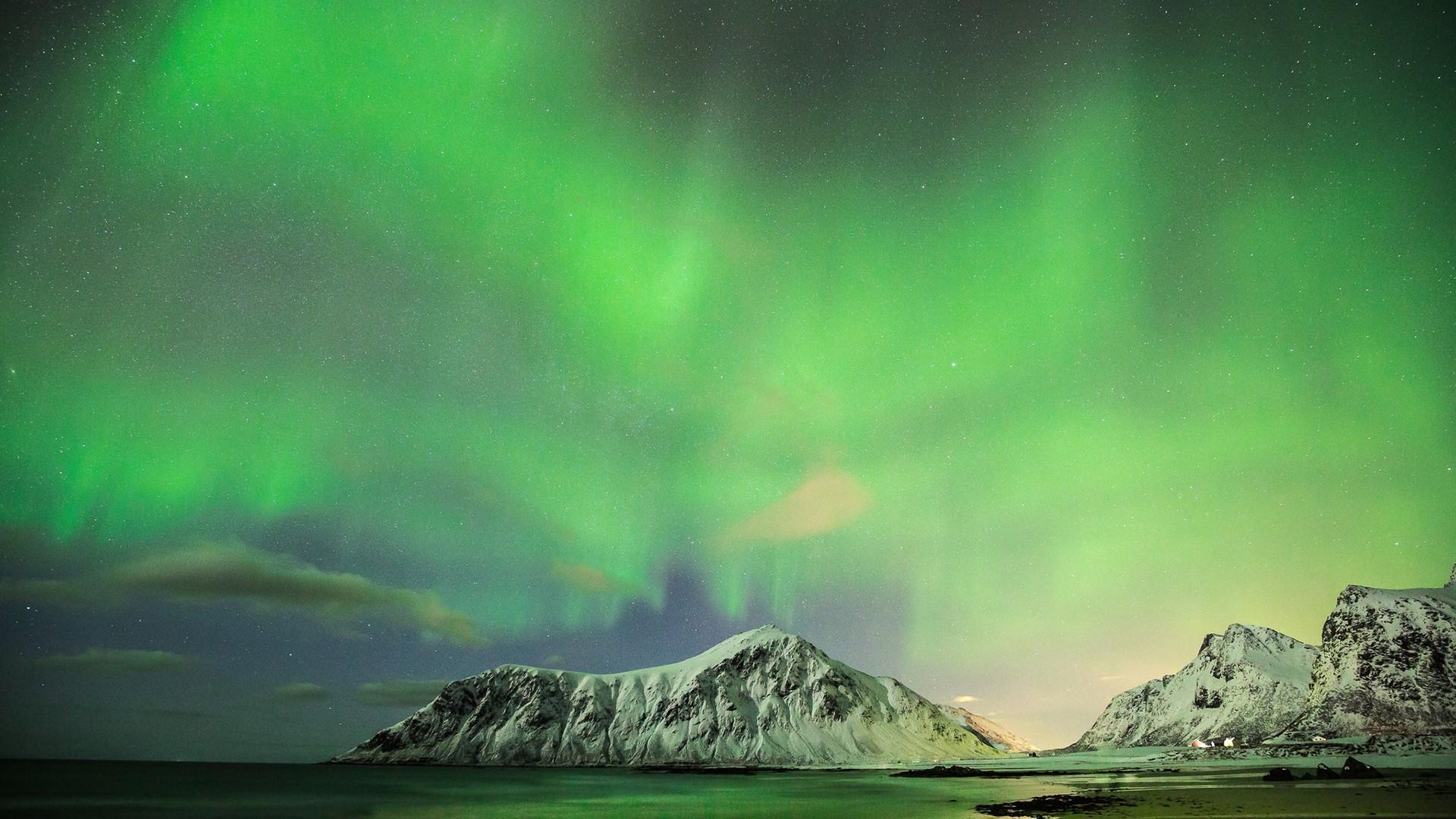 Northern lights above Skagsanden wallpaper