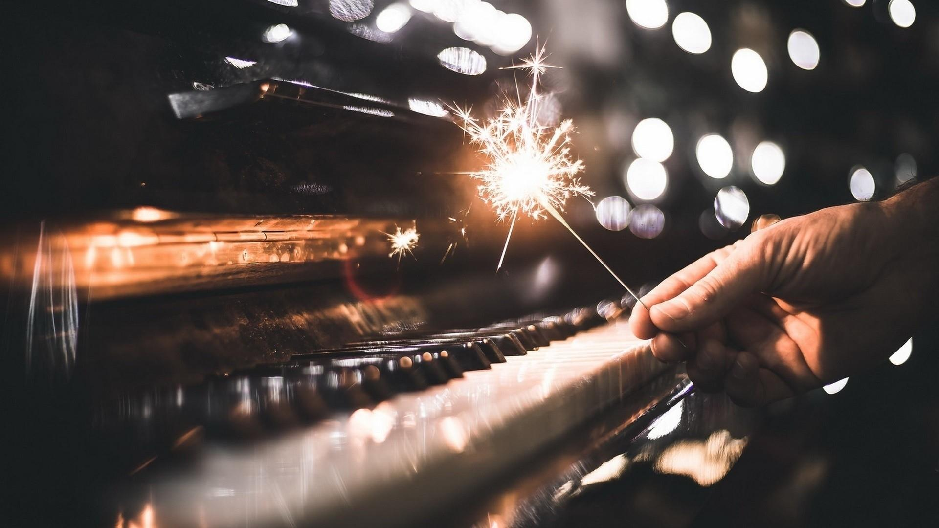 Piano with a sparkle wallpaper