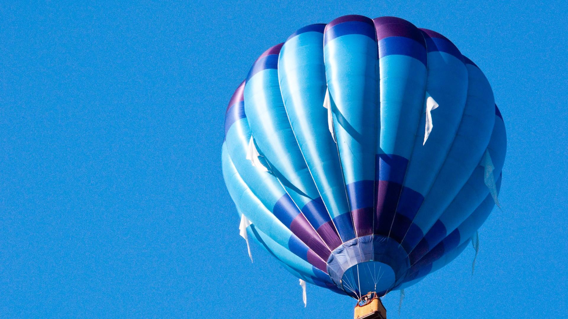 Blue hot air balloon wallpaper