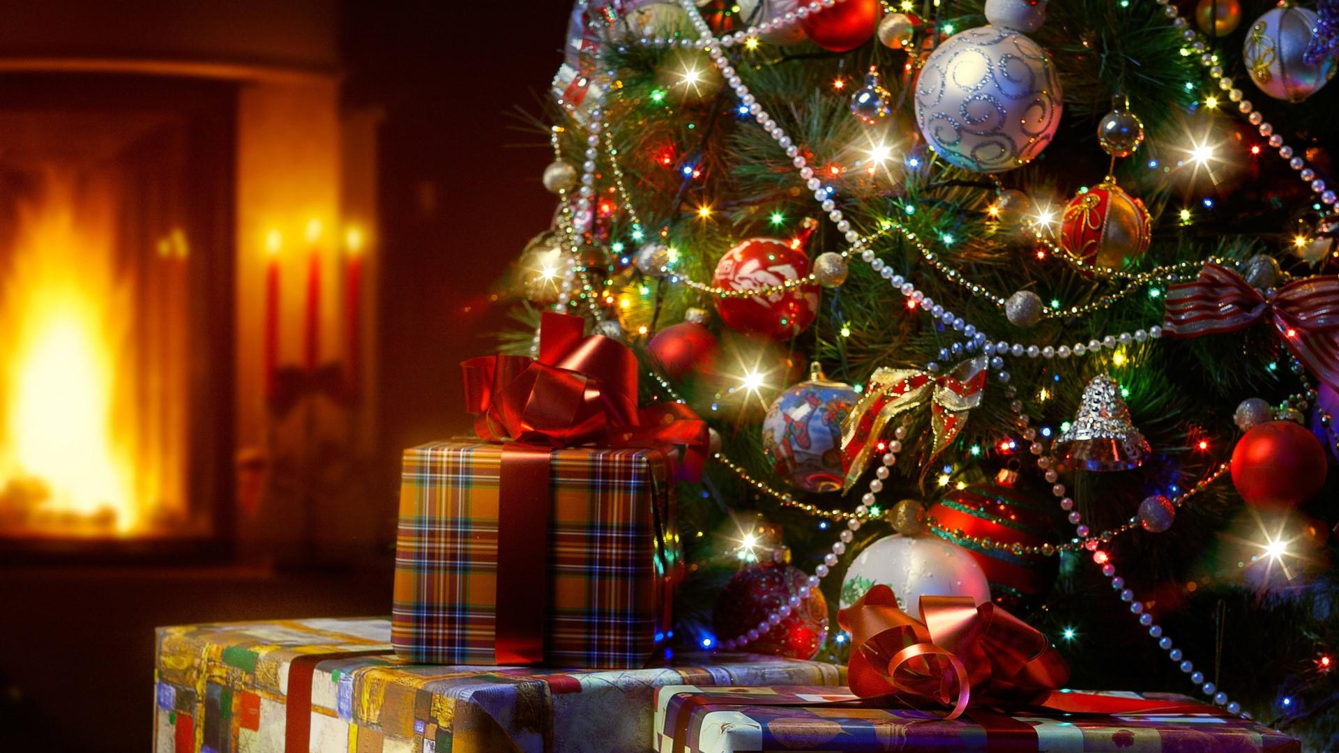 Christmas Tree with gifts wallpaper