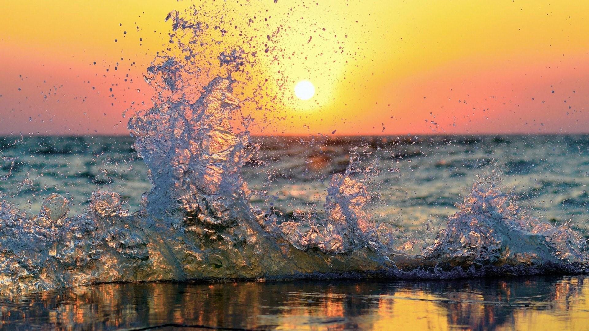 Splashing wave wallpaper