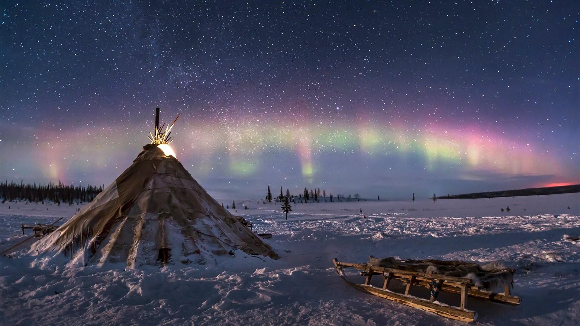Polar lights in Tundra wallpaper