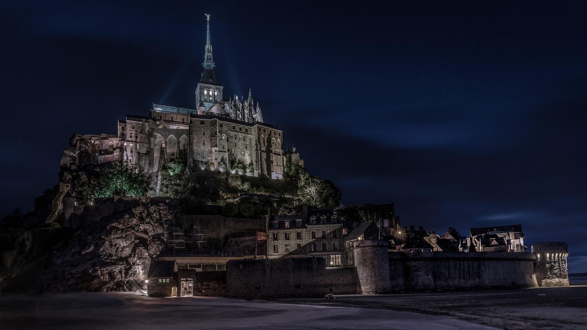 Mont Saint-Michel at night wallpaper