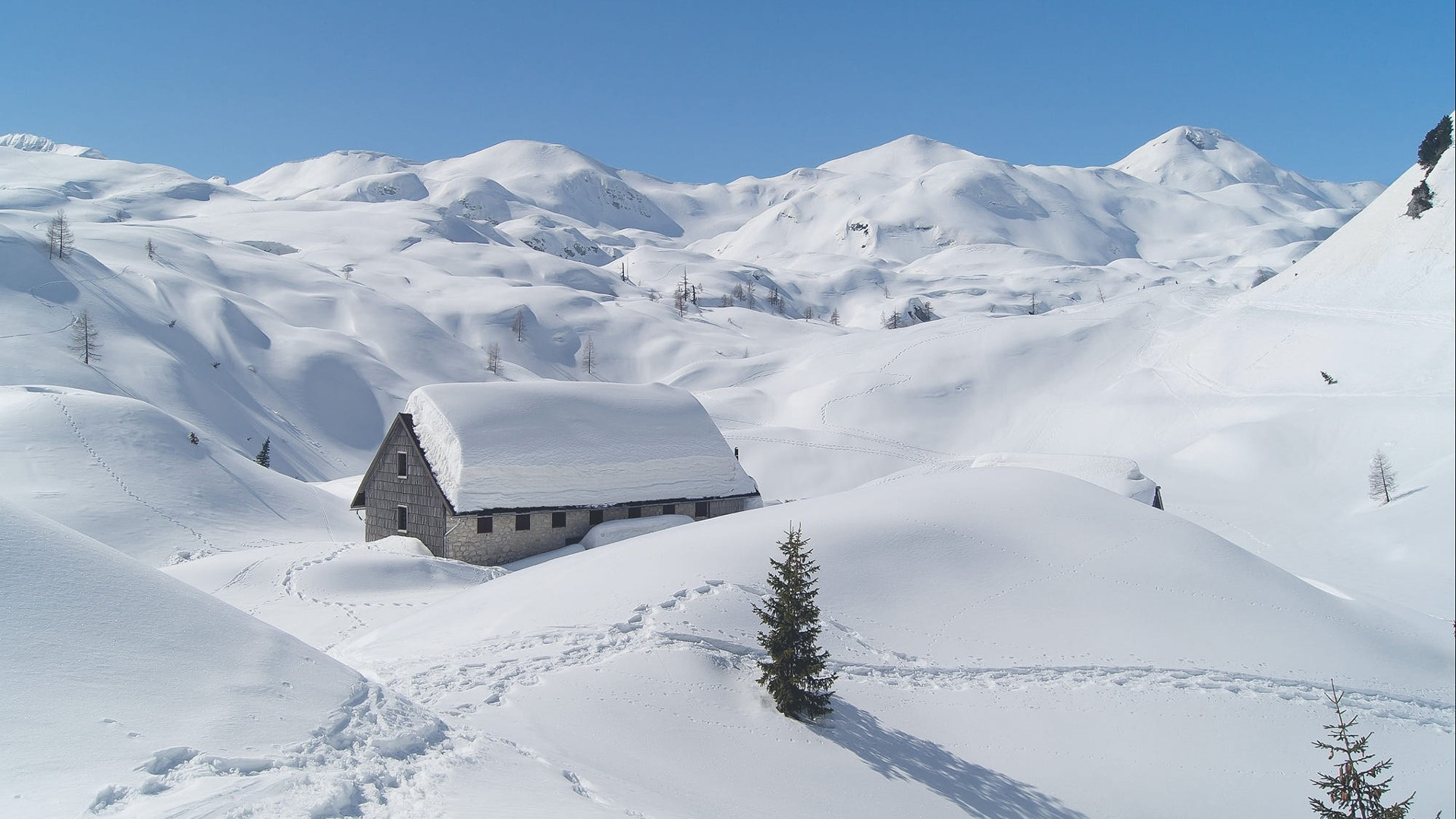 Snowy house in the mountains wallpaper