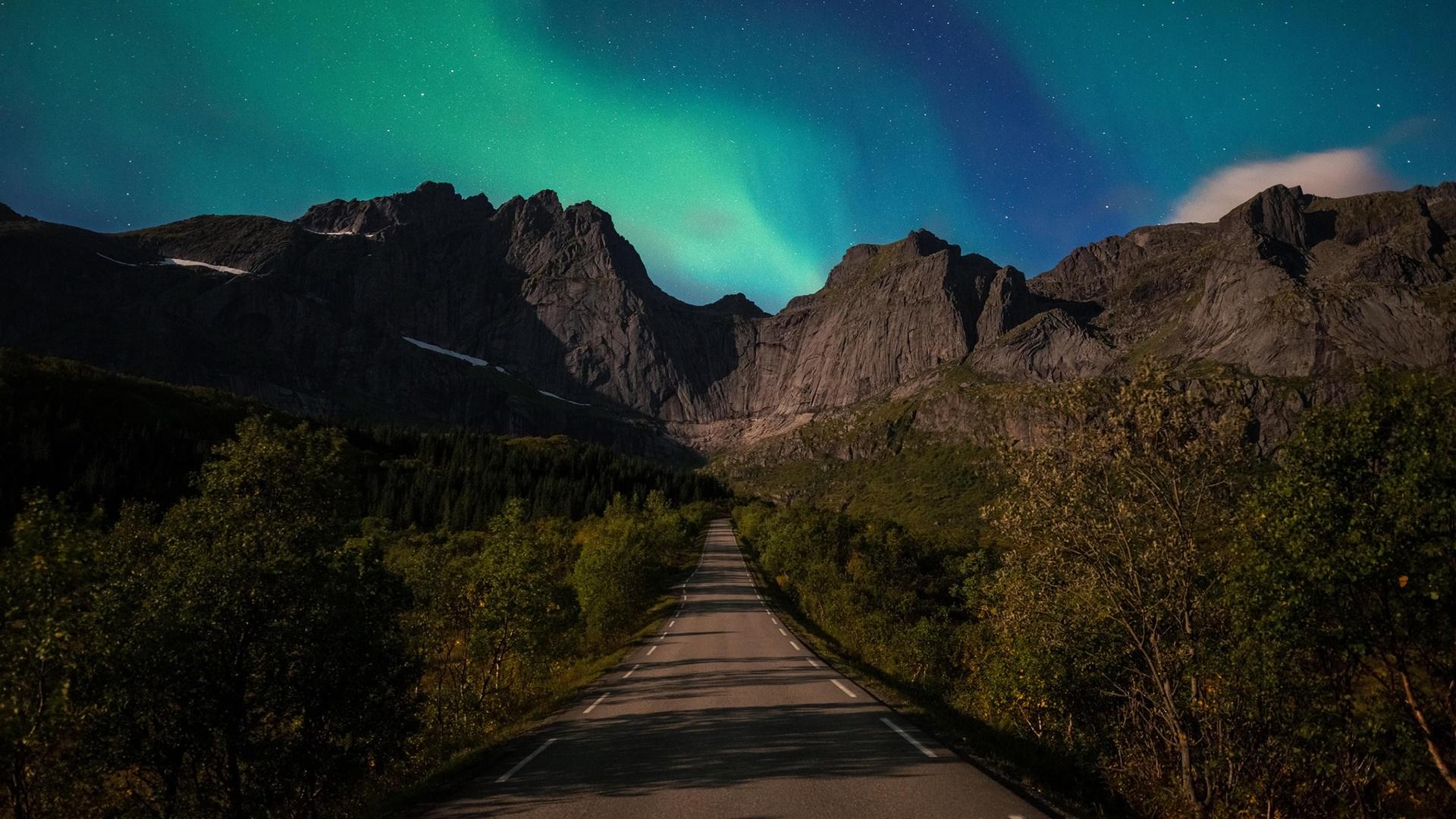 Green northern lights at Lofoten wallpaper