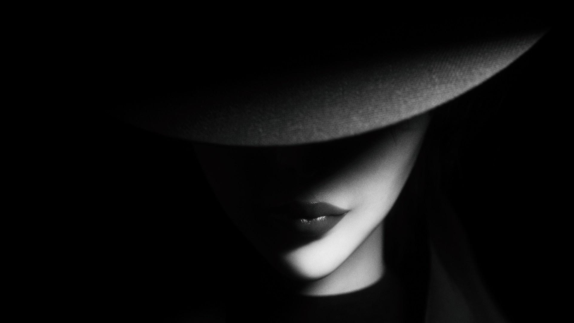 Woman in a hat wallpaper