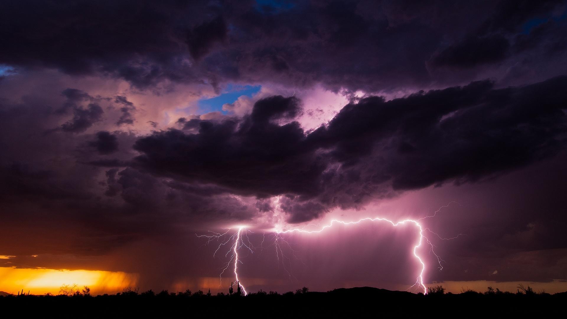 Lightning strikes near Vicksburg wallpaper