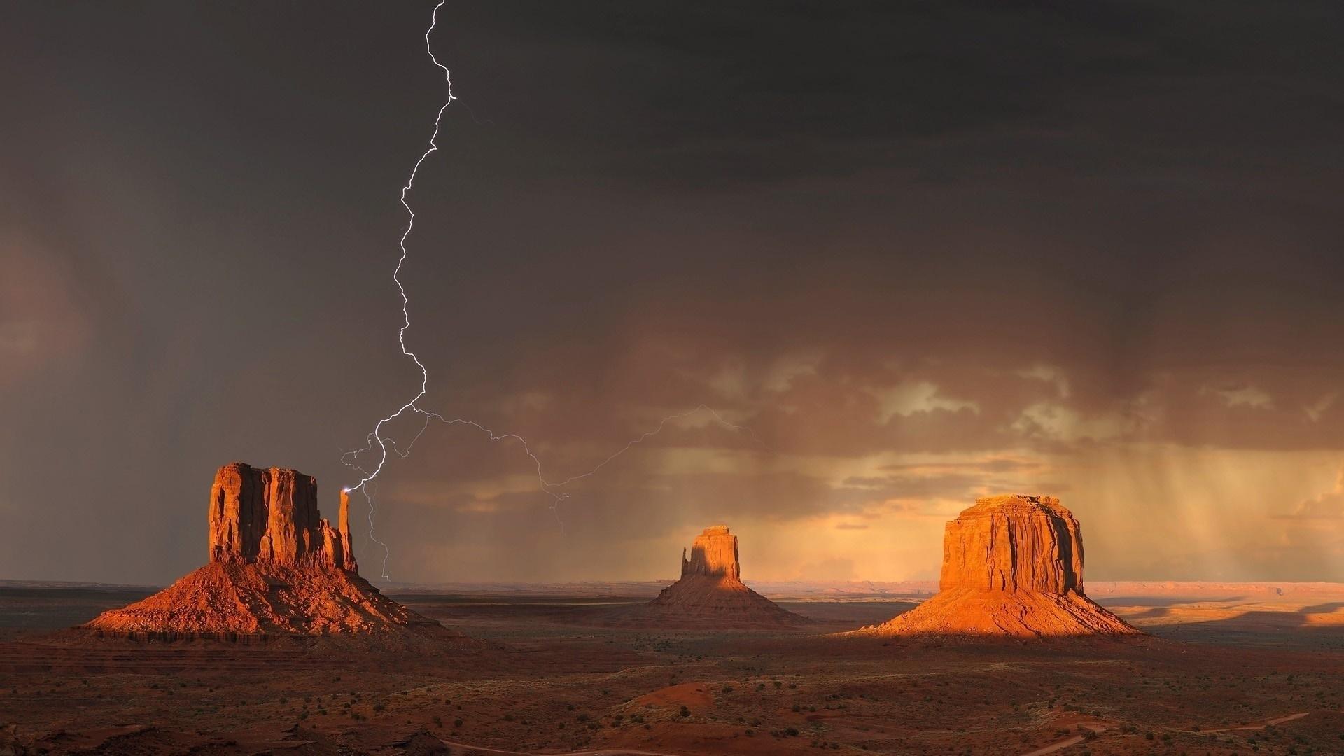 Lightning strike above West Mitten Butte wallpaper