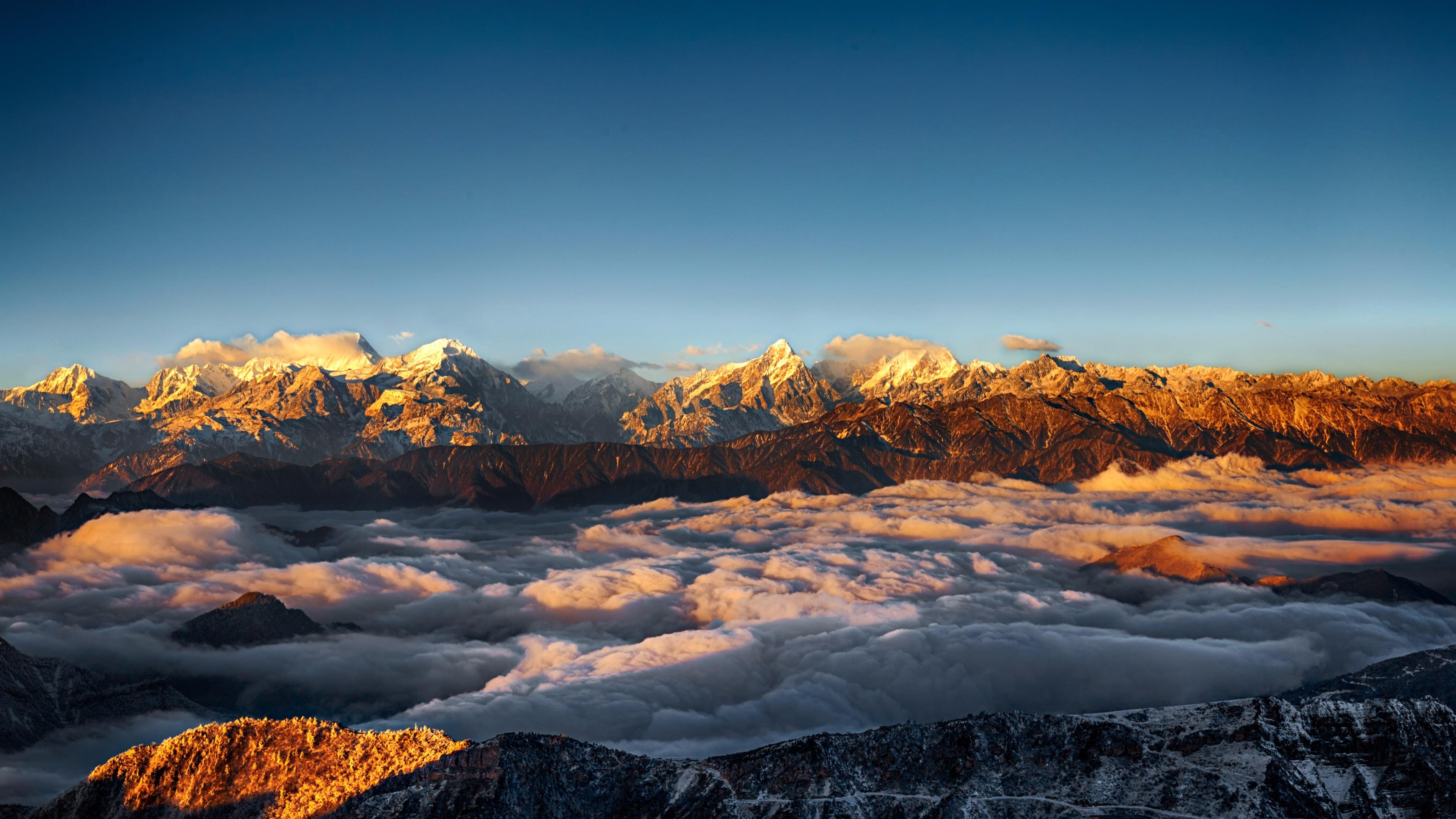 Mount Gongga in the sea of clouds wallpaper