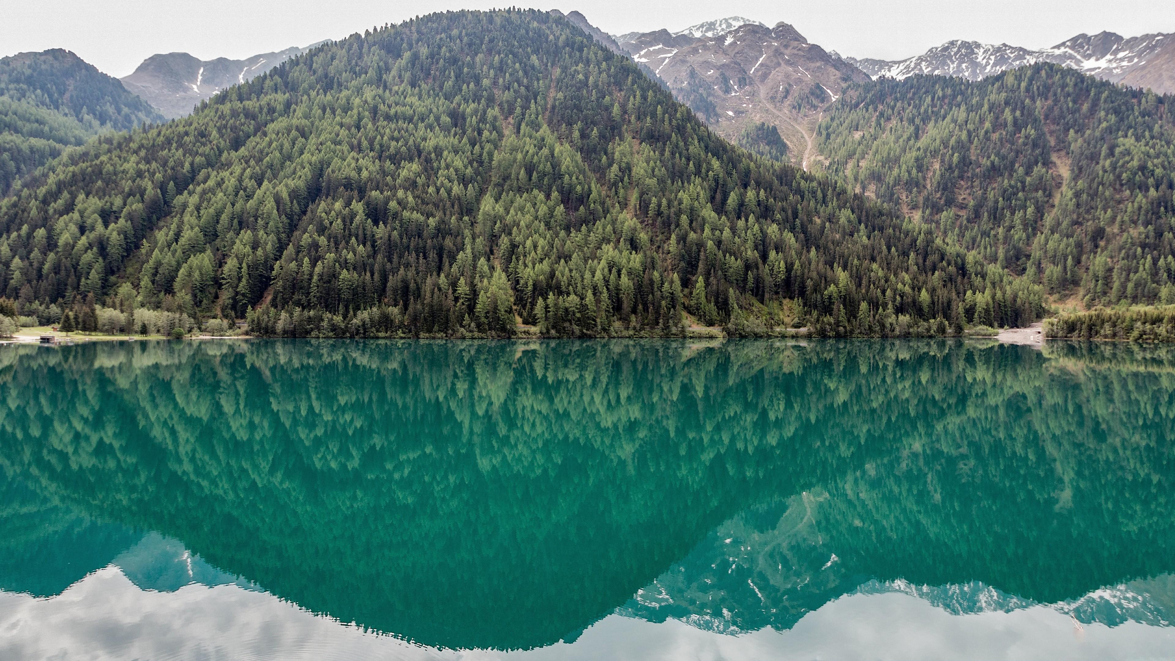 Green lake mountain reflection wallpaper