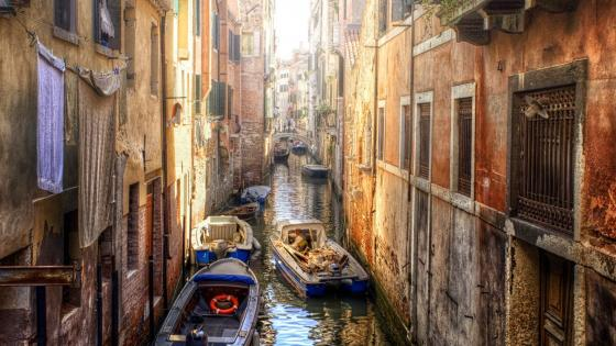 Crowded Venice canal wallpaper