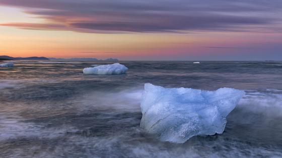 Jökulsárlón glacial lake, Vatnajokull National Park, Iceland wallpaper