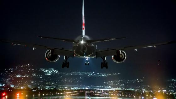 Airplane landing at night ✈️ wallpaper