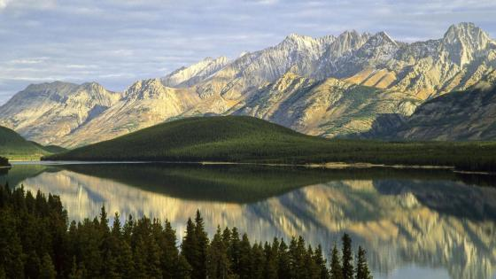 Mountain range reflected on the lake in Canada ⛰️ wallpaper