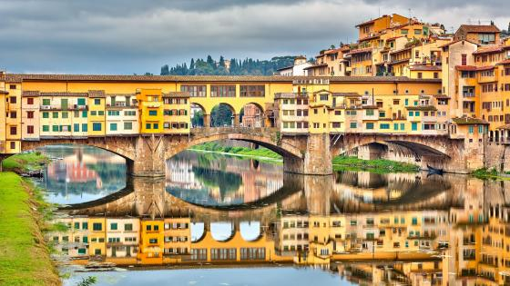 Ponte Vecchio Bridge over the Arno River, in Florence, Italy wallpaper