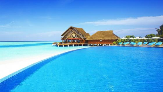 Blue water in Maldives wallpaper