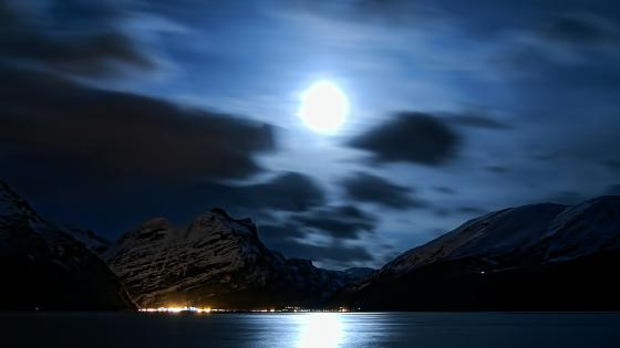 Moonlight in the dark sky wallpaper