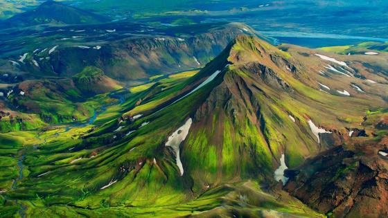 Green mountain in Iceland wallpaper