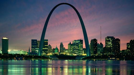 Gateway Arch at night wallpaper