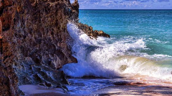 Ocean waves on the rocky coast wallpaper