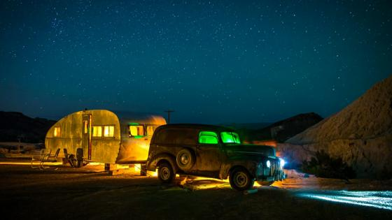 Vintage caravan under the starry night sky wallpaper