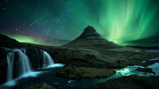 Northern lights over Kirkjufell wallpaper