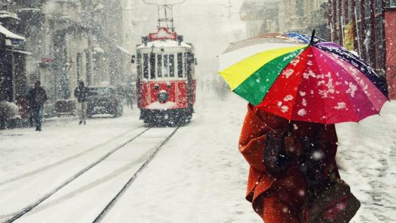Red Tram in the snowfall wallpaper