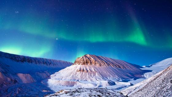 Polar lights over Spitzberg island wallpaper