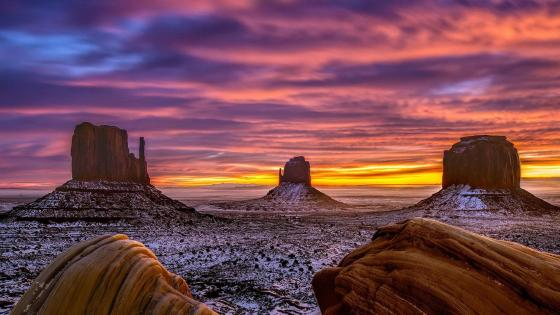 Monument Valley - West and East Mitten Buttes wallpaper