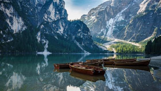 Boats on Pragser Wildsee wallpaper