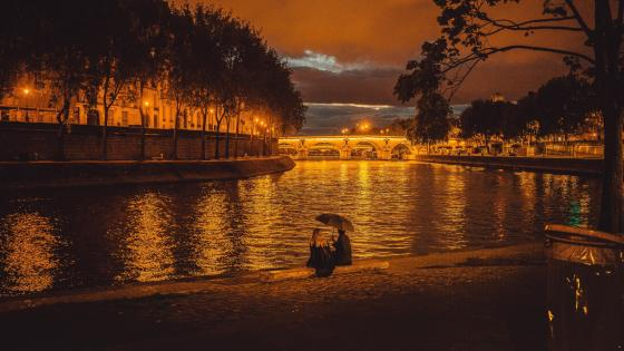 Cuople at dusk - Seine, Paris, France wallpaper