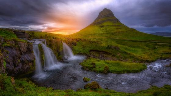 Kirkjufell waterfalls (Iceland) wallpaper