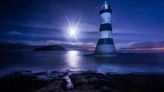 Trwyn Du Lighthouse (Penmon Lighthouse) at night wallpaper
