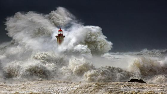 Felgueiras Lighthouse against a huge wave (Porto) wallpaper