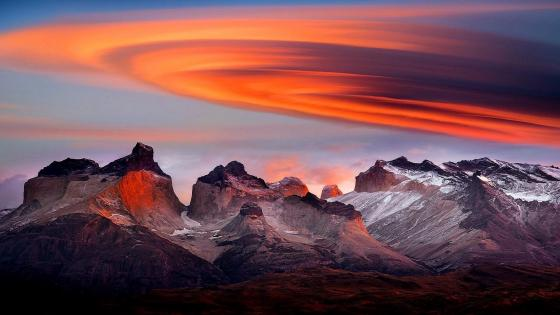 Lenticular cloud above mountains wallpaper