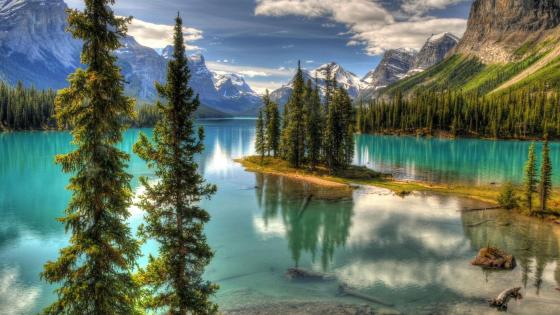 Spirit Island on Maligne Lake (Jasper National Park, Canada) wallpaper
