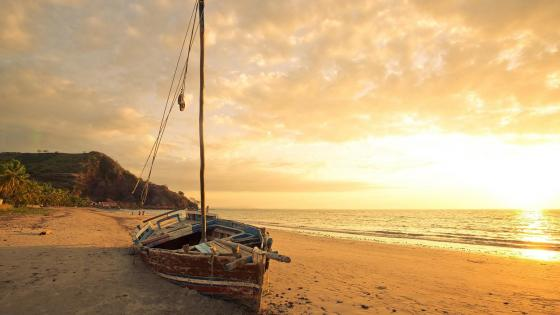 Abandoned sailboat in the sand wallpaper