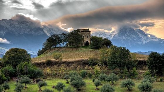 Abandoned house near Gran Sasso, Abruzzo, Italy wallpaper