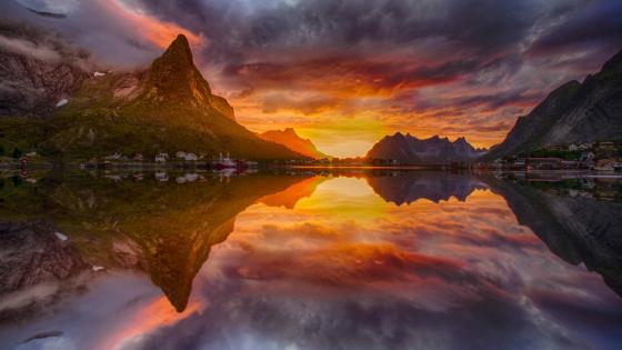 Midnight sun in Reine (Lofoten, Norway) wallpaper