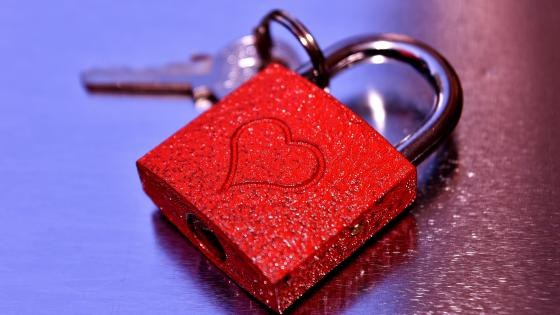 Love-heart padlock wallpaper