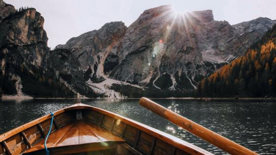 Rowing boat on Lake Braies (Pragser Wildsee) wallpaper