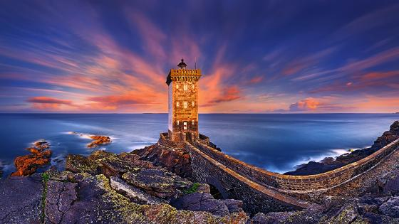 Kermorvan lighthouse at dusk wallpaper